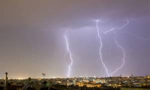 Καιρός: Ο «Δαίδαλος» χτυπά την Ελλάδα – Υδροστρόβιλος στην Κεφαλονιά, χαλάζι στην Πάργα