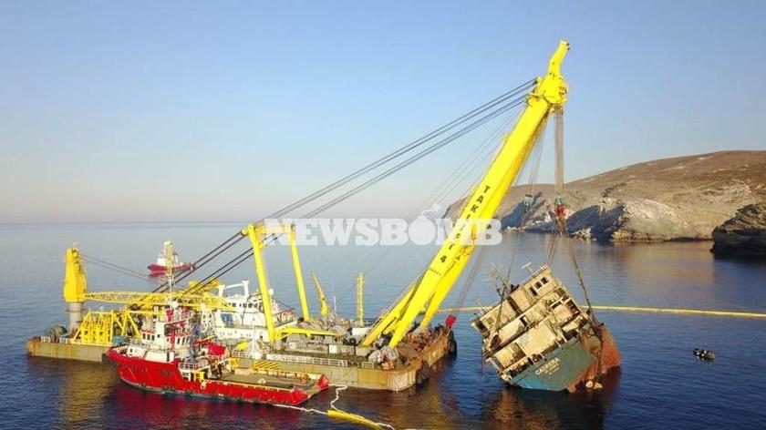 Ανέλκυση πλοίου στην Άνδρο: Συγκλονιστικές φωτογραφίες του Newsbomb.gr
