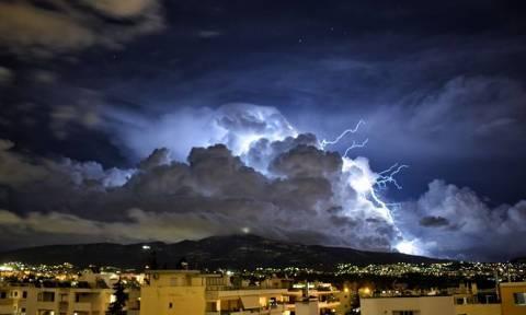 Καιρός: Έγινε η νύχτα μέρα από τις αστραπές στην Αττική (pics+vid)