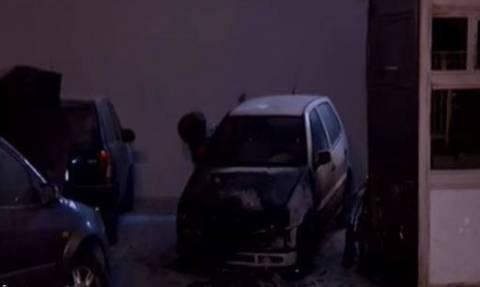 Επίθεση με μολότοφ στο ΑΤ Πεύκης - Στις φλόγες ένα αστυνομικό όχημα και ένα ΙΧ (vids)