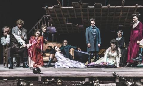 Τα ανεμοδαρμένα ύψη, σε σκηνοθεσία Γιάννη Καλαβριανού στο Θέατρο της ΕΜΣ