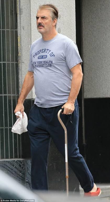Αγνώριστος ο Mr Big του Sex and the City με μπαστούνι και άσπρα μαλλιά! (pics)