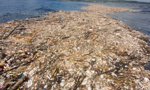 Φωτογραφίες – σοκ: Τόνοι σκουπιδιών «εξαφάνισαν» τη θάλασσα στην Καραϊβική