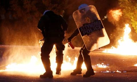 Βραδιά χάους στο κέντρο της Αθήνας: Επεισόδια με μολότοφ, πέτρες και φωτοβολίδες - Δύο τραυματισμοί