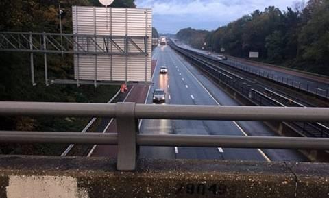 Σοκαριστικό: 12χρονος έπεσε από γέφυρα σε αυτοκίνητο και σκοτώθηκε η οδηγός (photo)
