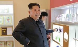Ο Κιμ Γιονγκ Ουν άφησε τα πυρηνικά και έπιασε τα… καλλυντικά! (photos)