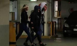 Βίκυ Σταμάτη: Επέστρεψε στη φυλακή - Η άσεμνη χειρονομία στους δημοσιογράφους (vid)