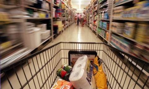Οι Έλληνες «οργώνουν» τα σούπερ-μάρκετ ψάχνοντας για προσφορές!