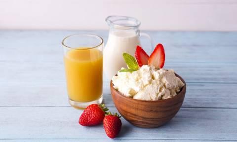 Γάλα vs χυμός πορτοκάλι: Τι είναι καλύτερο να πίνεις το πρωί