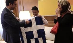 Ο Αμίρ κράτησε την ελληνική σημαία - Η συνάντησή του με τον Αλέξη Τσίπρα