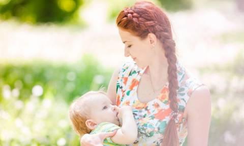 Εφτά χρήσιμες συμβουλές για μία μαμά που θηλάζει δημοσίως
