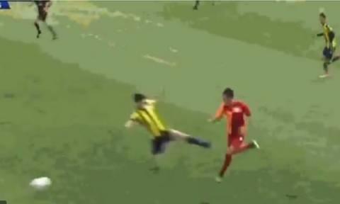 Αδιανόητο! Πήγε να του… κόψει το πόδι και πήρε μόνο κίτρινη! (video)