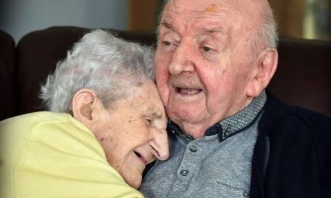 Γυναίκα 98 ετών μετακόμισε στο γηροκομείο για να φροντίζει τον 80χρονο γιο της
