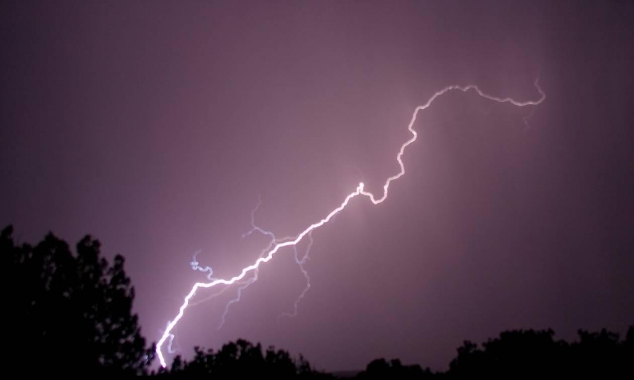 Καιρός ΤΩΡΑ: Υπερκαταιγίδα πλήττει την Πάτρα - Κεραυνός προκάλεσε πυρκαγιά