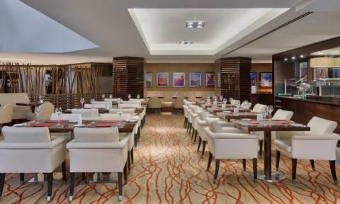 Στα μενού των εστιατορίων θα αναγράφονται και οι θερμίδες των φαγητών