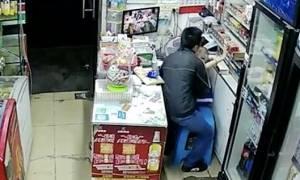 Βίντεο - ντοκουμέντο: «Μπούκαρε» σε μαγαζί και απήγαγε κοριτσάκι