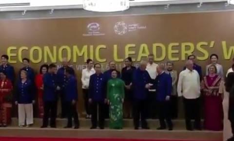 Χειραψία Πούτιν - Τραμπ στη σύνοδο κορυφής του APEC (vid)