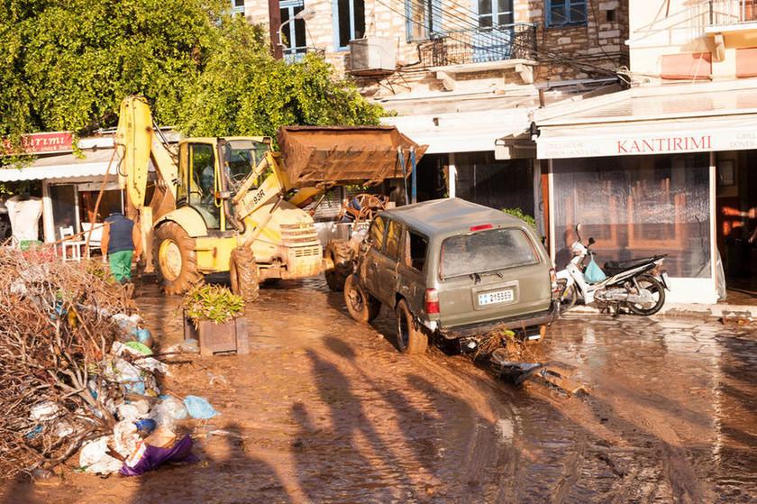 Κακοκαιρία: Τεράστιες οι ζημιές στη Σύμη από τη βροχή - Χείμαροι παρέσυραν τα πάντα στο πέρασμά τους