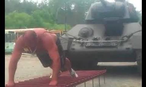 «Σούπερμαν»... σέρνει άρμα μάχης βάρους 26 τόνων (video)