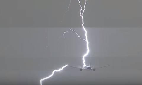 Τρόμος πάνω από το Άμστερνταμ: Κεραυνός χτύπησε αεροπλάνο! (vid)