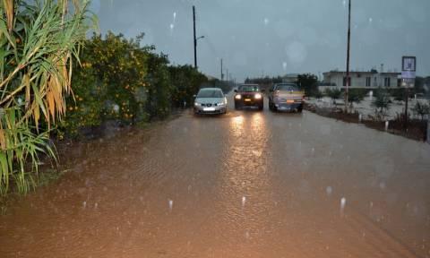 Κακοκαιρία: Πλημμύρες και εγκλωβισμένοι οδηγοί στη Νέα Πέραμο (vids)