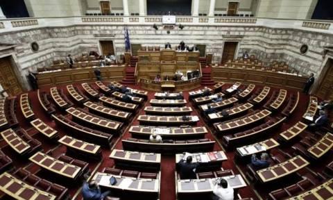 Κοινωνικό μέρισμα: Σε εξέλιξη η συζήτηση του νομοσχεδίου - Έντονη αντιπαράθεση στη Βουλή