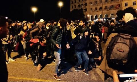 Θεσσαλονίκη: Εκατοντάδες πρόσφυγες κατευθύνονται με τα πόδια στην Ειδομένη (vid)