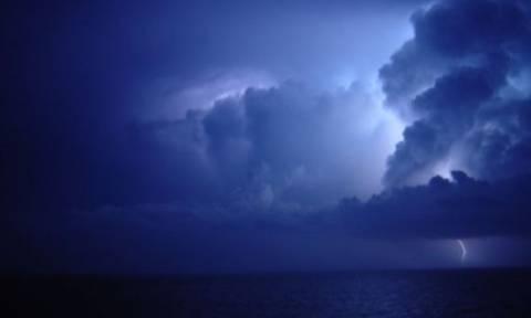 Καιρός ΤΩΡΑ: «Φορτώνει» ξανά πάνω από την Αττική – Πλησιάζει ο κυκλώνας «Ζήνων»