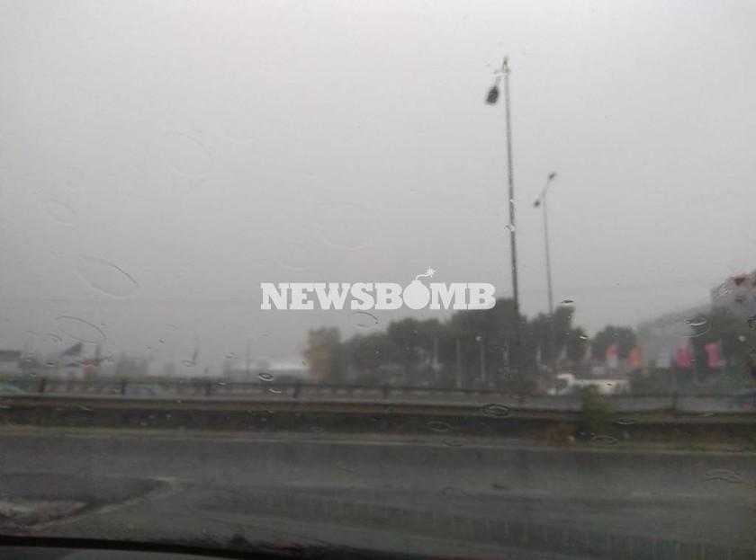 Καιρός ΤΩΡΑ: Ισχυρή καταιγίδα και χαλαζόπτωση στην Αθήνα - Ποιοι δρόμοι έχουν κλείσει