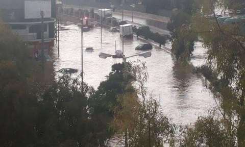 Εικόνες - ΣΟΚ: Παρασύρθηκαν αυτοκίνητα στο Κερατσίνι από την κακοκαιρία