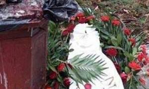 Πολυτεχνείο: Πέταξαν στα σκουπίδια το στεφάνι του Βαρουφάκη (pic)