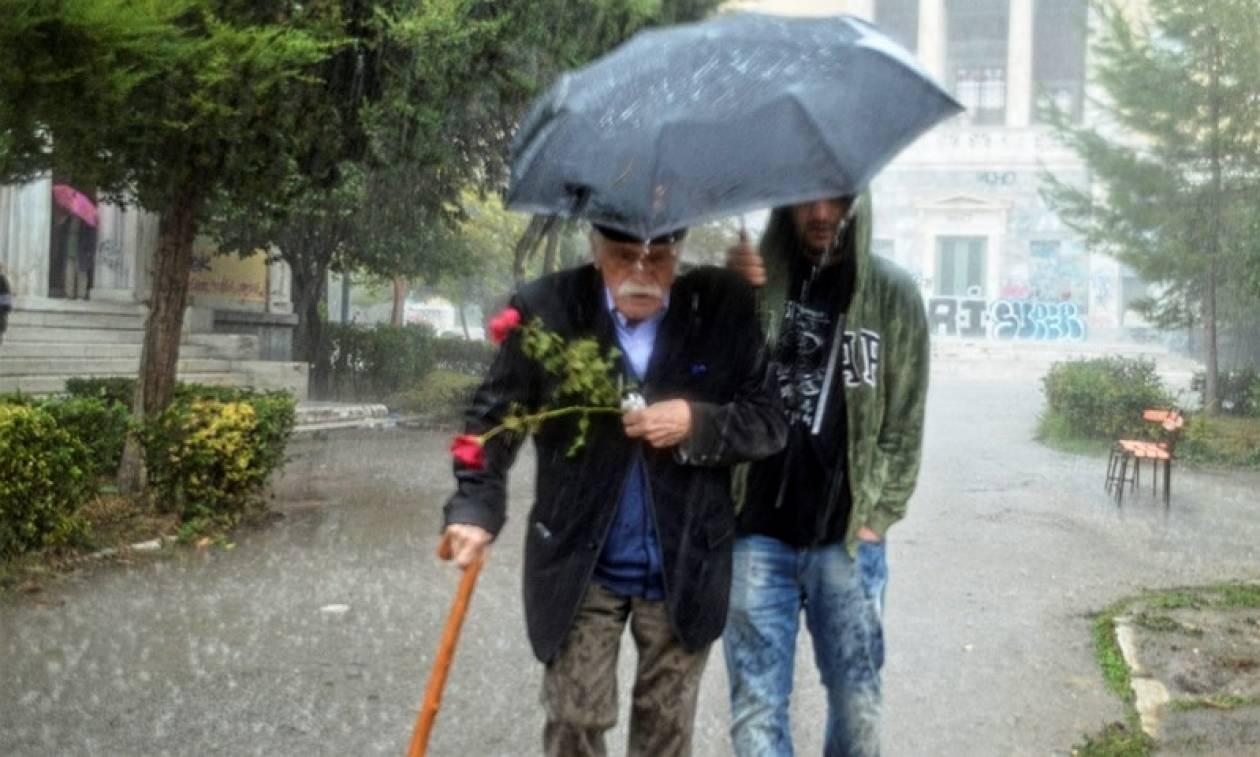 Πολυτεχνείο: Υπό καταρρακτώδη βροχή κατέθεσε στεφάνι ο Μανώλης Γλέζος (pic)