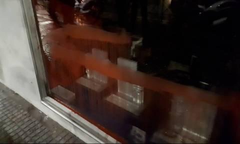 Πολυτεχνείο - Θεσσαλονίκη: Άγνωστοι πέταξαν μπογιές στο αμερικανικό προξενείο (pics&vids)
