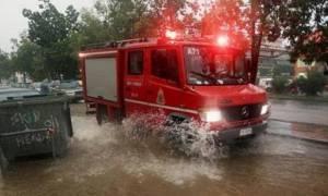 Επί ποδός η Πυροσβεστική: Στα 96 τα περιστατικά απεγκλωβισμών από τις πλημμύρες