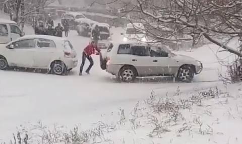 Απίστευτες εικόνες στη Ρωσία: Εκατοντάδες τροχαία από τη σφοδρή χιονόπτωση (vids)