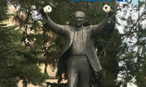 Κρέμασαν χαρτιά υγείας στο άγαλμα του Ανδρέα Παπανδρέου στην Καλαμαριά