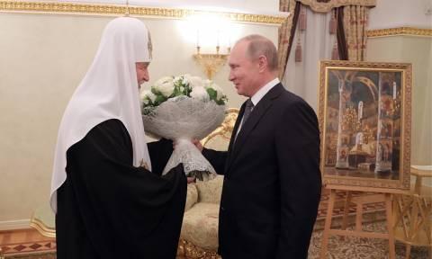 Путин подарил патриарху Кириллу на день рождения картину с видом на Успенский собор Кремля