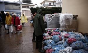 Πλημμύρες Αττική: Είδη πρώτης ανάγκης μοίρασε η ΝΔ στους πλημμυροπαθείς