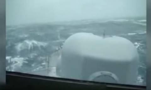 Τρομακτικό βίντεο: Αναζητώντας το χαμένο υποβρύχιο - Μάχη με κύματα 8 μέτρων!