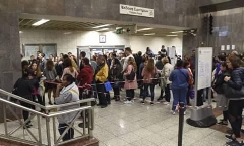 Ηλεκτρονικό εισιτήριο: Ατελείωτες ουρές σε σταθμούς του μετρό