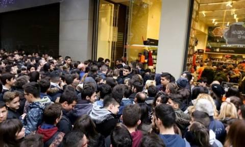 Black Friday: Ουρές από τα ξημερώματα στα καταστήματα