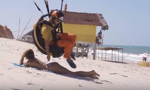 Απίστευτος Τύπος: Κατέβηκε με αλεξίπτωτο στην παραλία και της έλυσε το μαγιό!