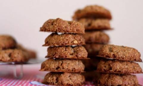 Φτιάξτε μπισκότα αμυγδάλου μόνο με τρία υλικά