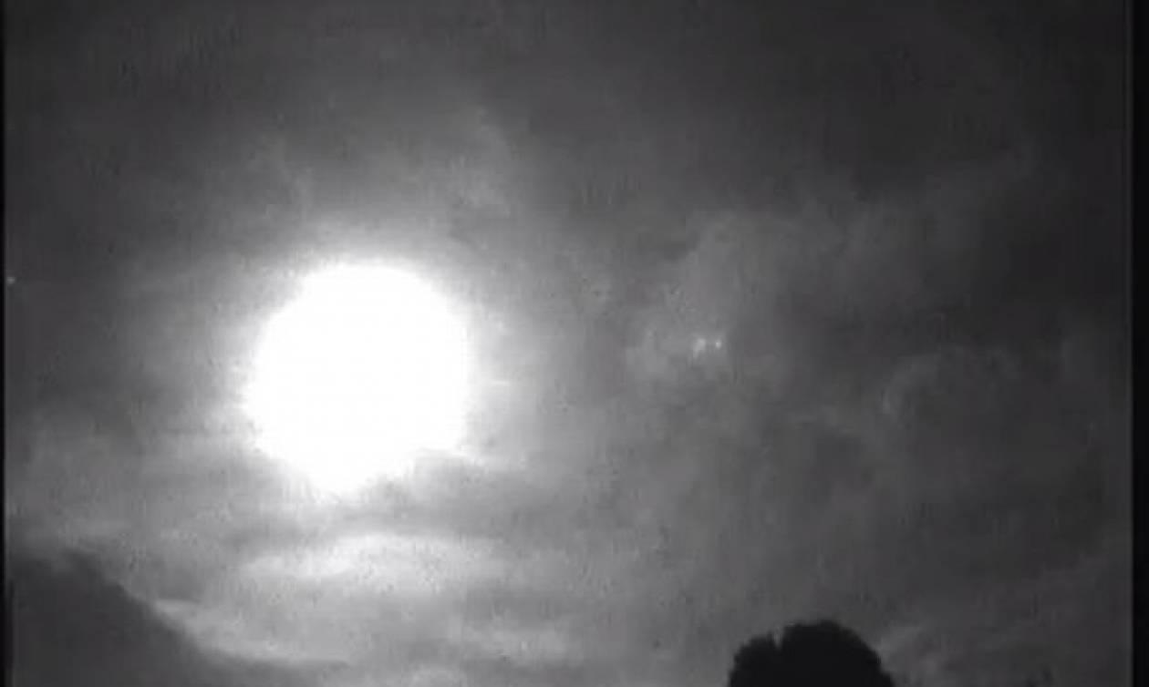 Αναστάτωση σε Βρετανία και Γαλλία από «πύρηνες μπάλες» που εμφανίστηκαν στον ουρανό (vid)