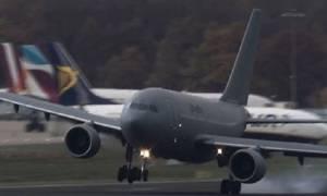 Συγκλονιστικό βίντεο: Στρατιωτικός αεροσκάφος έγινε «φτερό στον άνεμο»