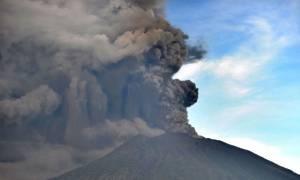 Έτοιμο να εκραγεί το ηφαίστειο στο Μπαλί - Κινδυνεύουν Έλληνες που βρίσκονται εγκλωβισμένοι