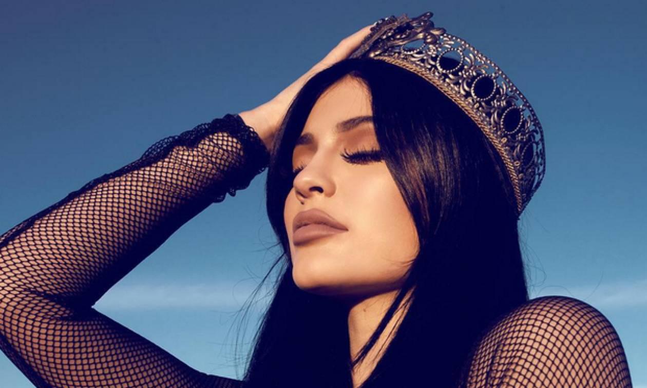 Η Kylie Jenner σε μία σπάνια εμφάνιση, μας δείχνει (επιτέλους) την κοιλίτσα της