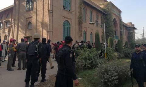 Σφαγή στο Πεσαβάρ: Πακιστανοί ταλιμπάν καλυμμένοι με μπούρκες αιματοκύλισαν πανεπιστήμιο