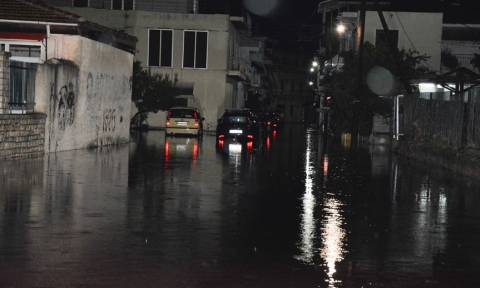 Καιρός ΤΩΡΑ: Η κακοκαιρία «έπνιξε» τη Δυτική Ελλάδα - Έκλεισαν δρόμοι, πλημμύρισαν σπίτια (pics)