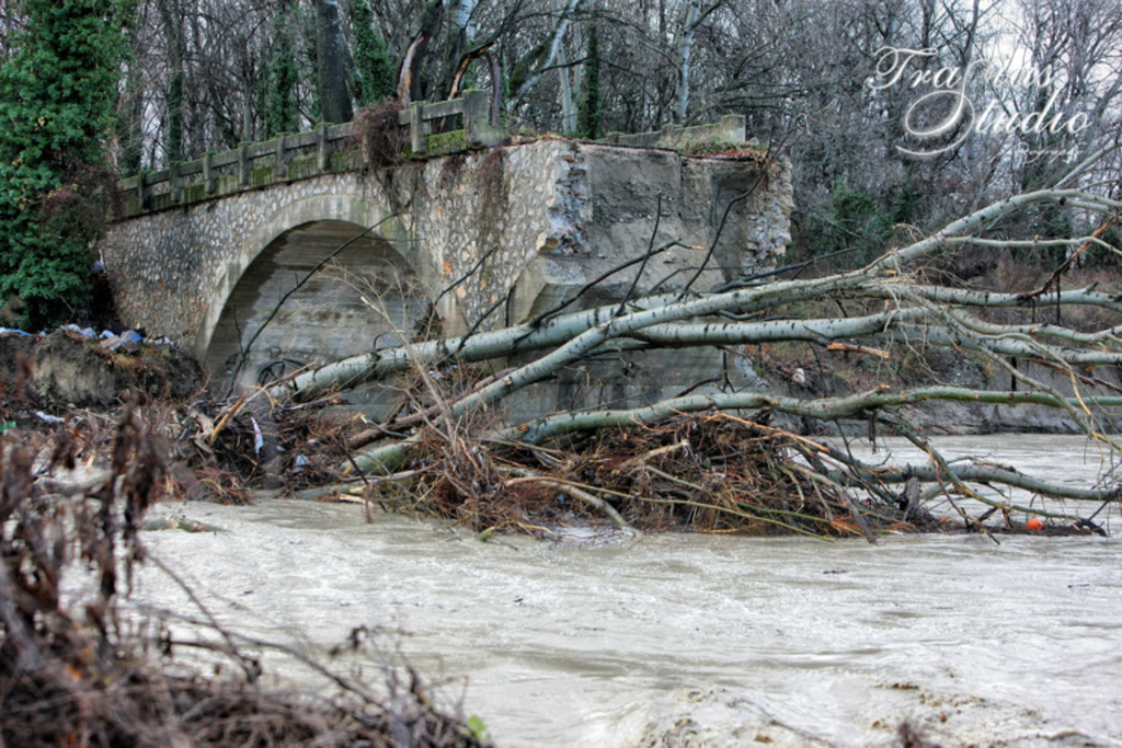 Καιρός ΤΩΡΑ: Κατέρρευσε γεφύρι στην Καστοριά εξαιτίας της κακοκαιρίας (pics+vids)